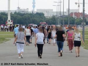 04.18.01 KVR Foto Zustrom der Belegschaft